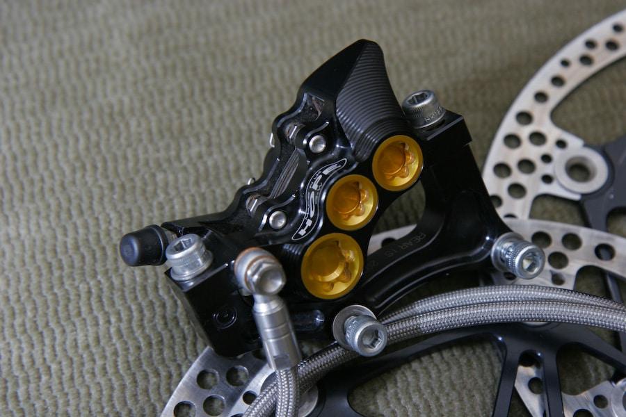 Etrier Hope Mono M6 Ti à 6 pistons (derrière les parties dorées)